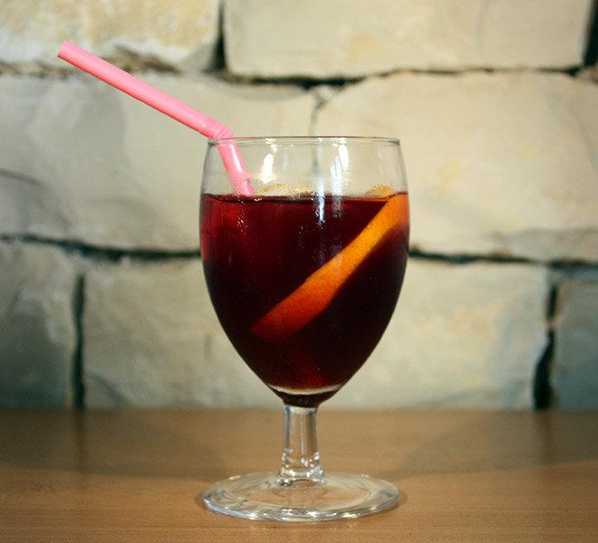 Sangria : cocktail maison à boire en terrasse avec vue mer face au Port de Saint-Martin-de-Ré au Bar Les Colonnes sur l'Ile de Ré