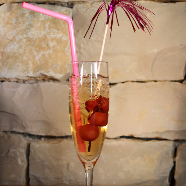 Popi : cocktail maison à boire en terrasse avec vue mer face au Port de Saint-Martin-de-Ré au Bar Les Colonnes sur l'Ile de Ré