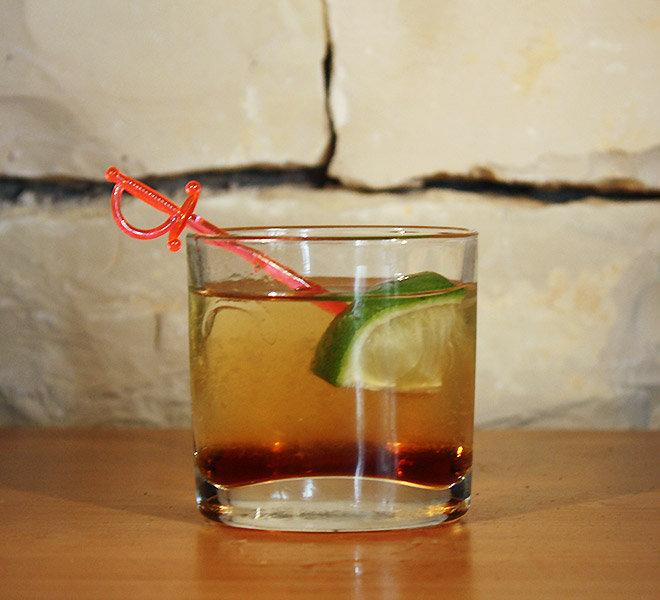 Ti-punch : cocktail maison à boire en terrasse avec vue mer face au Port de Saint-Martin-de-Ré au Bar Les Colonnes sur l'Ile de Ré