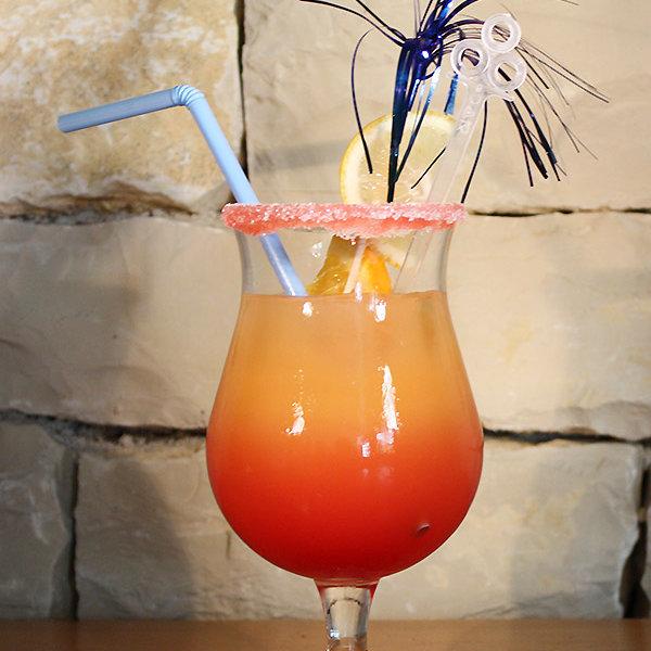 L'été Indien : cocktail maison à boire en terrasse avec vue mer face au Port de Saint-Martin-de-Ré au Bar Les Colonnes sur l'Ile de Ré