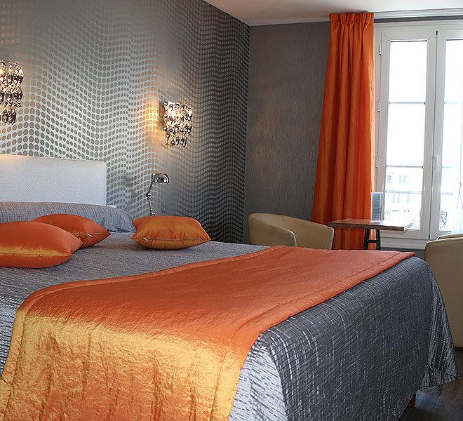 Chambre 2 vue mer à l'Hôtel** de 27 chambres Les Colonnes vue port de Saint-Martin-de-Ré sur Ile de Ré