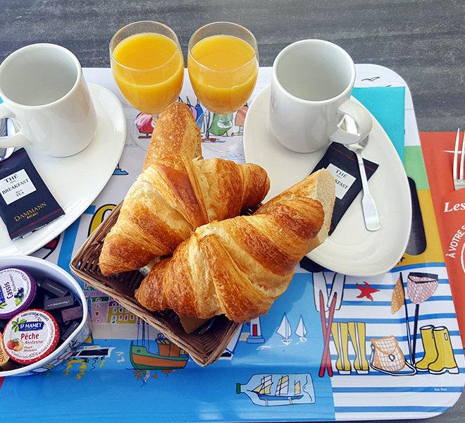 Petit déjeuner Continental en terrasse vue mer face au vieux Port de Saint-Martin-de-Ré au Bar Les Colonnes sur l'Ile de Ré