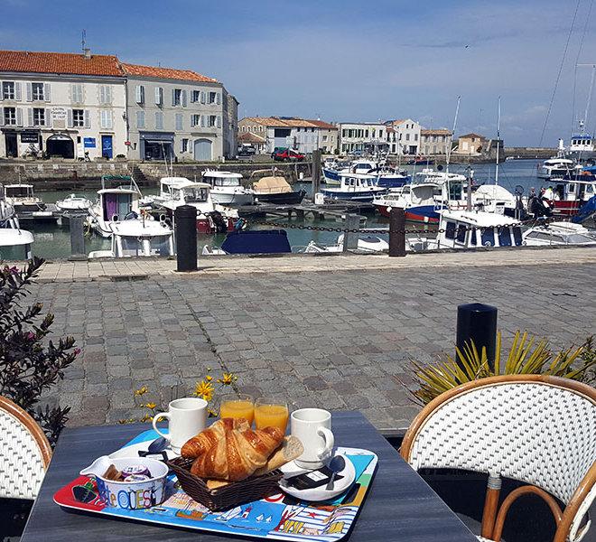 Petit déjeuner Continental en terrasse vue mer face au vieux Port de Saint-Martin-de-Ré à l'Hôtel** Les Colonnes sur l'Ile de Ré