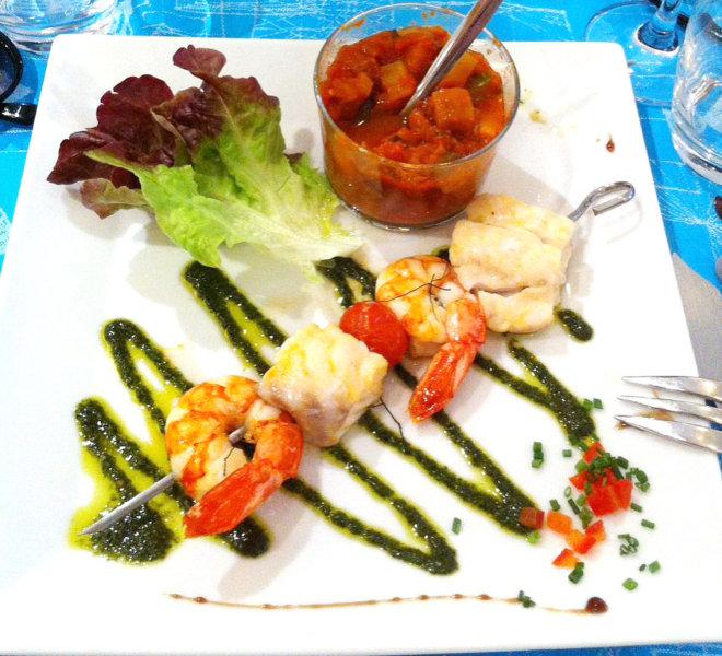 Cuisine maison et produits frais avec cette brochette de poisson au Restaurant Les Colonnes face au port de Saint-Martin-de-Ré