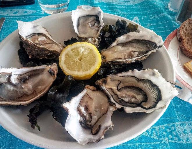 Cuisine maison et produits frais avec ces huîtres de l'île de Ré au Restaurant Les Colonnes face au port de Saint-Martin-de-Ré