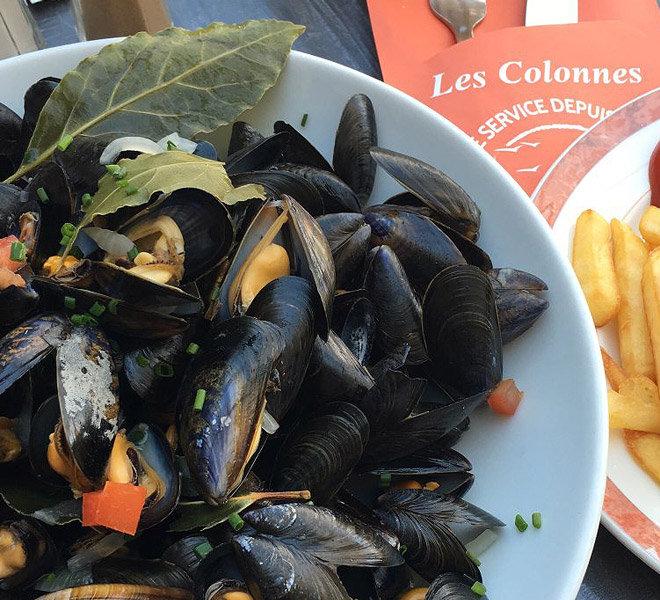 Cuisine maison et produits frais avec ces poules de Bouchot au Restaurant Les Colonnes face au port de Saint-Martin-de-Ré