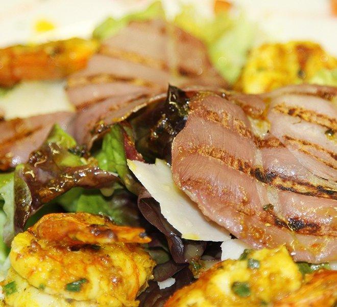Cuisine maison et produits frais avec cette salade de grosses crevettes au Restaurant Les Colonnes face au port de Saint-Martin-de-Ré