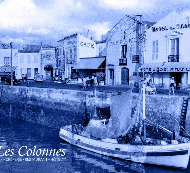 Face à la mer, depuis 1905 Les Colonnes est situé au port de Saint-Martin-de-Ré à l'Hôtel** Restaurant Crêperie Bar Les Colonnes sur Ile de Ré