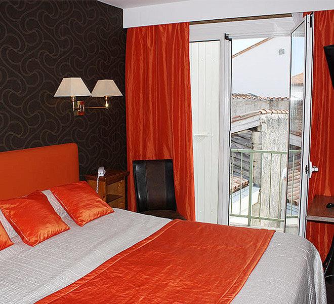 Hôtel** de 27 chambres Les Colonnes au au port de Saint-Martin-de-Ré sur Ile de Ré
