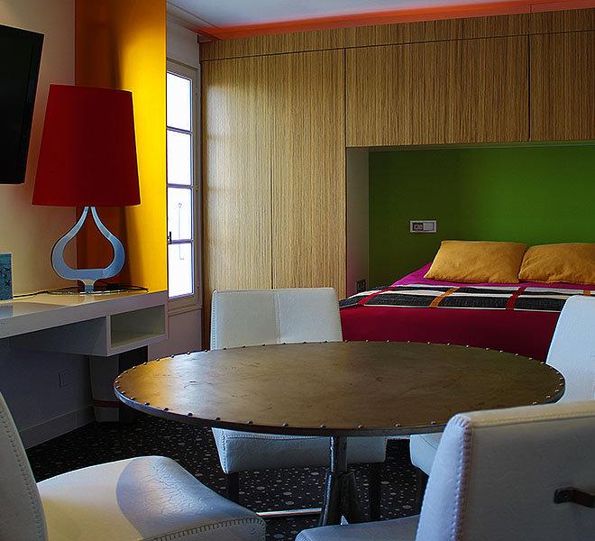 Chambre Junior à l'Hôtel** de 27 chambres Les Colonnes face au port de Saint-Martin-de-Ré sur Ile de Ré