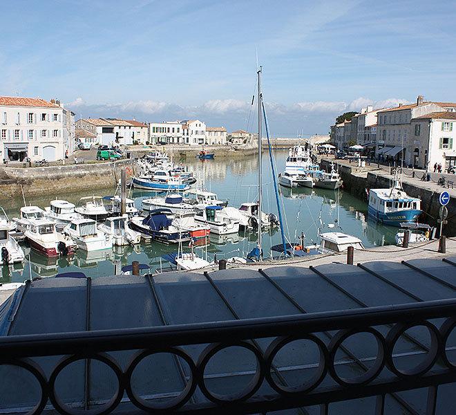 Chambre vue mer à l'Hôtel** de 27 chambres Les Colonnes face au port de Saint-Martin-de-Ré sur Ile de Ré