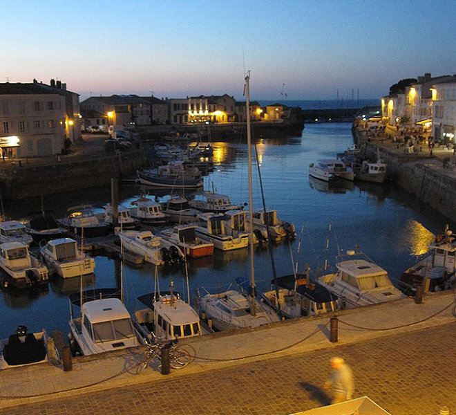 14 chambres de l'Hôtel** de 27 chambres Les Colonnes face au port de Saint-Martin-de-Ré sur Ile de Ré